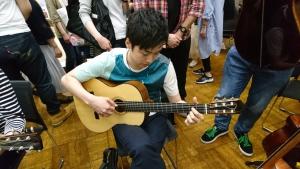 ギタリスト今涼佑さんにも沖田ギタ―を試奏頂きました。